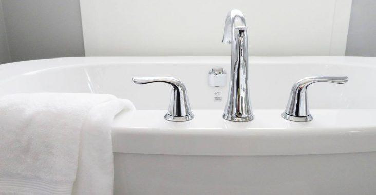Fire tips til billigt at give dit badeværelse en overhaling